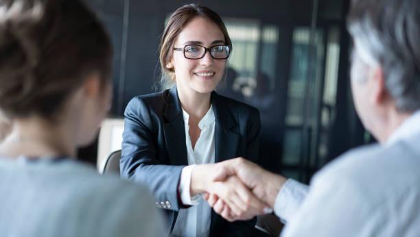 concepto de asesor de discusión de personas de negocios - abogado fotografías e imágenes de stock