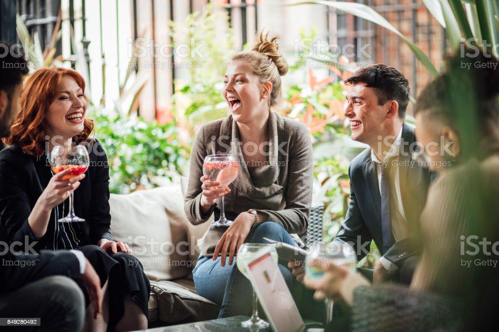 Geschäftsleute, die nach der Arbeit trinkt – Foto