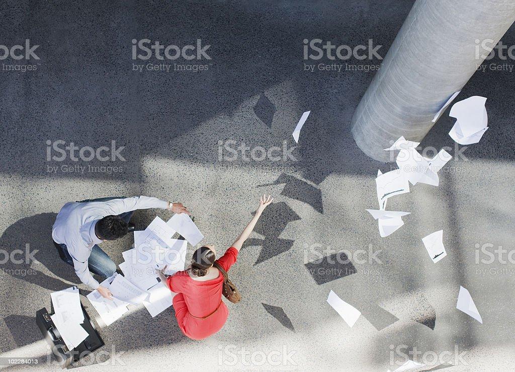 Gens d'affaires l'abandon de documents - Photo