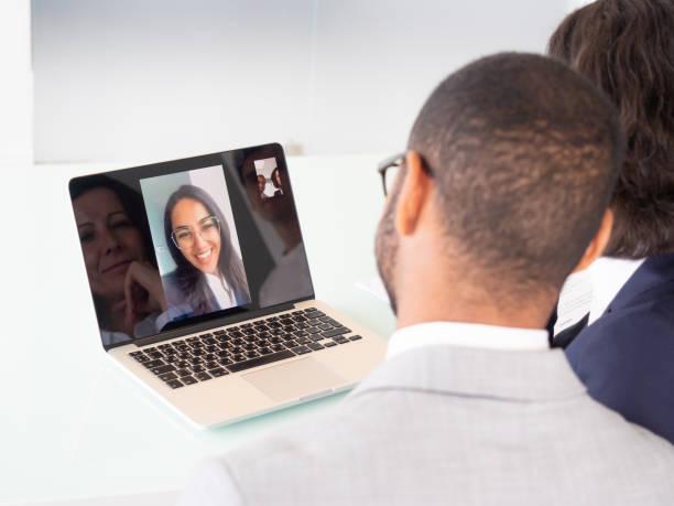 Geschäftsleute während des Videochats – Foto
