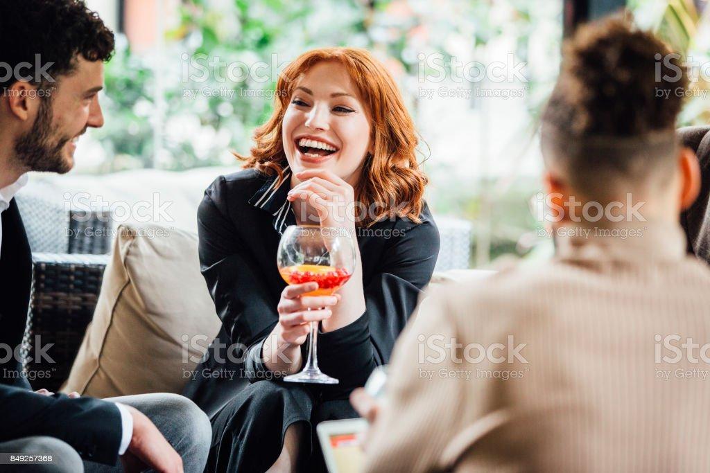 Geschäftsleute, die nach Arbeit Getränke genießen – Foto