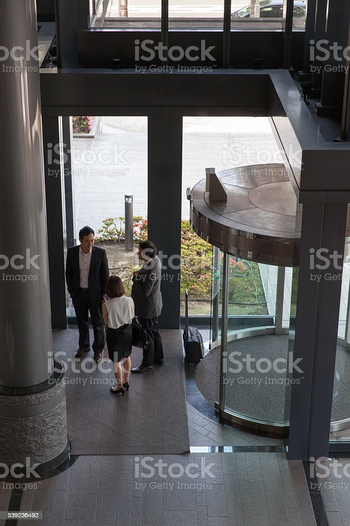 Gente de negocios de entrar en el lobby foto de stock libre de derechos