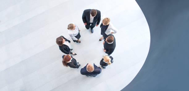 Gens d'affaires formant le cercle - Photo