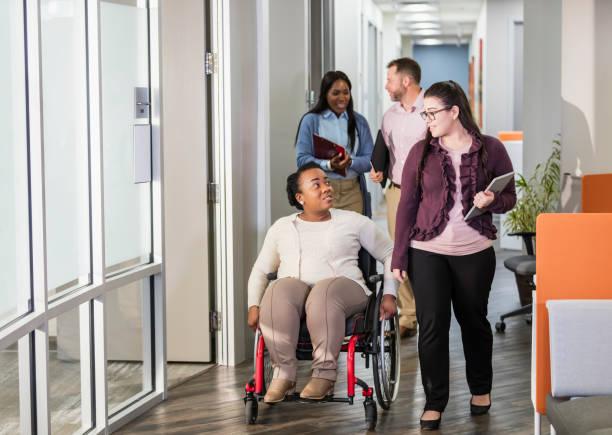 Geschäftsleute treffen sich, Frau im Rollstuhl – Foto