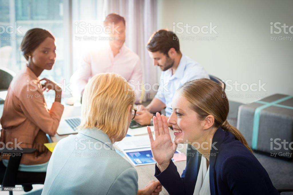 Gens d'affaires commérages au cours de la réunion - Photo