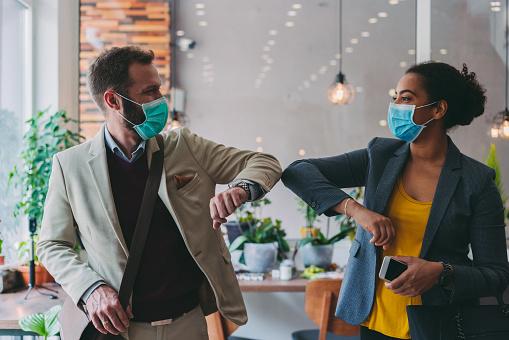 Affärsmän Hälsning Under Covid19 Pandemi Armbåge Bump-foton och fler bilder på Affärskvinna