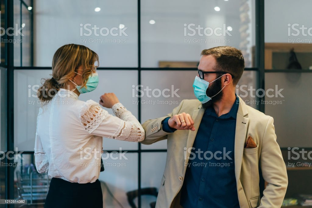 Affärsmän hälsning under COVID-19 pandemi - Royaltyfri Affärskvinna Bildbanksbilder