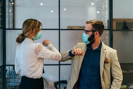 Affärsmän Hälsning Under Covid19 Pandemi-foton och fler bilder på Affärskvinna