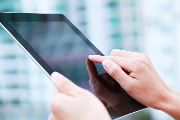Geschäftsleute hand holding digital tablet auf hellblauen Hintergrund – Foto