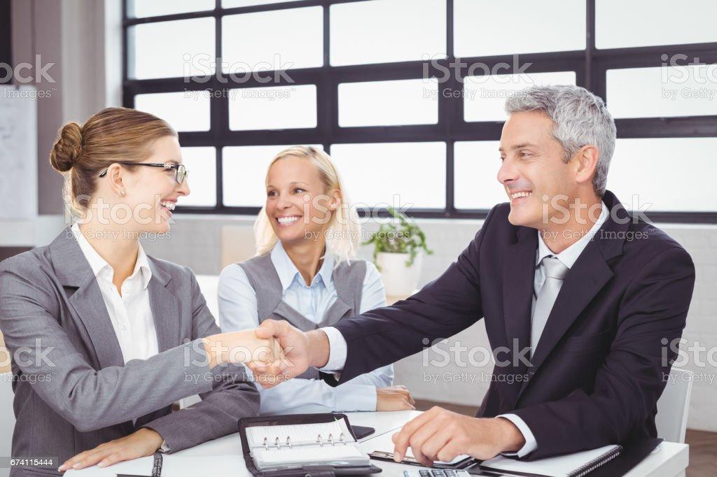 在會議期間的業務的人握手 免版稅 stock photo