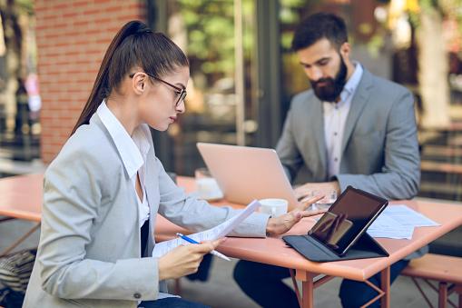 Business People Having A Coffee Break - Fotografie stock e altre immagini di Abbigliamento da lavoro