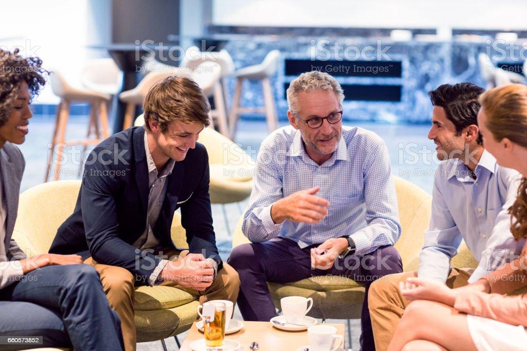 Gens d'affaires d'avoir une discussion à la cafétéria - Photo