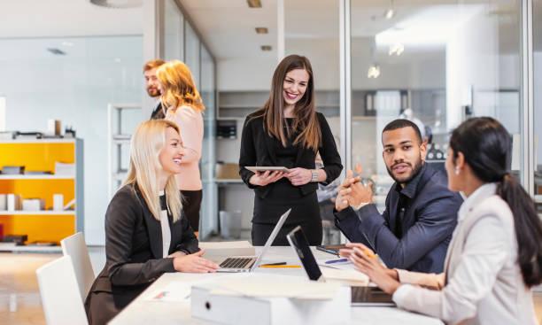 zakenmensen die een meeting hebben - medewerkerbetrokkenheid stockfoto's en -beelden