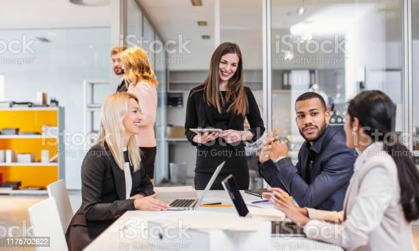 Zakenmensen Die Een Meeting Hebben Stockfoto en meer beelden van Alleen volwassenen