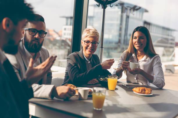 empresarios desayunando - desayuno fotografías e imágenes de stock
