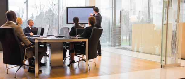 i̇ş adamları iş toplantısı - yönetim kurulu toplantı odası stok fotoğraflar ve resimler