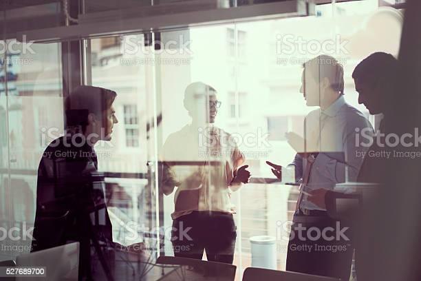 Geschäftsleute Haben Diskussion Im Modernen Büro Stockfoto und mehr Bilder von Arbeiten