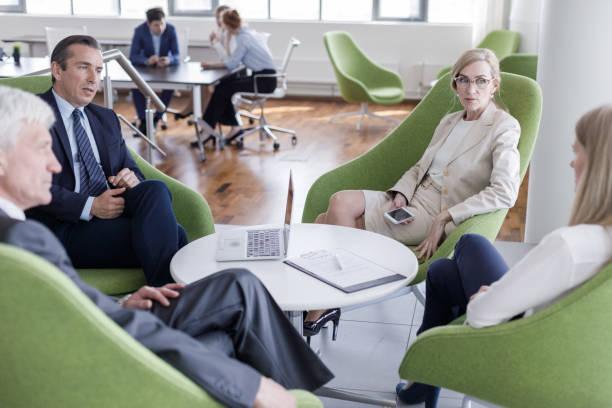 Gens d'affaires ayant la discussion - Photo