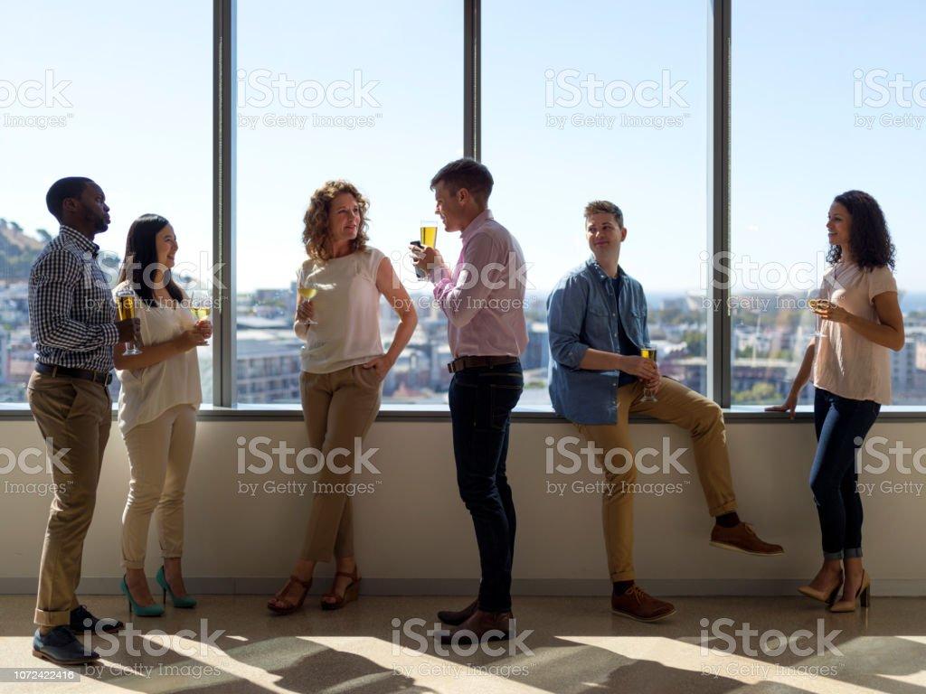 Gens d'affaires ayant des boissons après le travail. - Photo