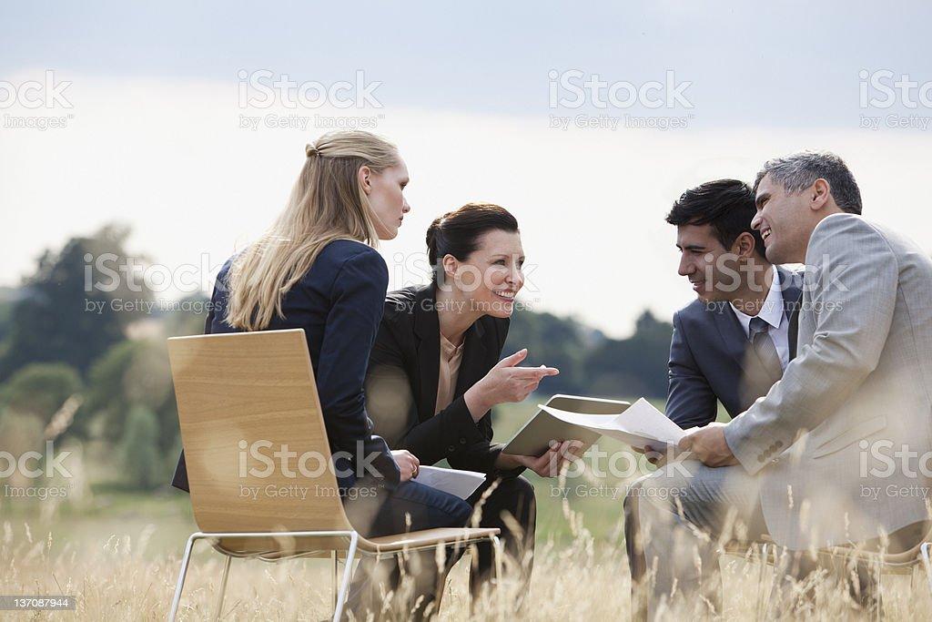Gens d'affaires ayant une réunion à l'extérieur - Photo