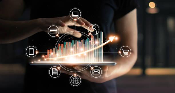 商業人士持有平板電腦和靜態圖形圖表在電子商務全球市場和圖示客戶網路連接在虛擬介面上增長。箭頭圖公司未來增長計畫。數位線上行銷。商務電子商務技術。 - future 個照片及圖片檔