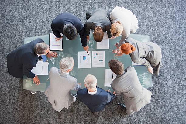 business persone tecnico documenti sul tavolo - business meeting, table view from above foto e immagini stock