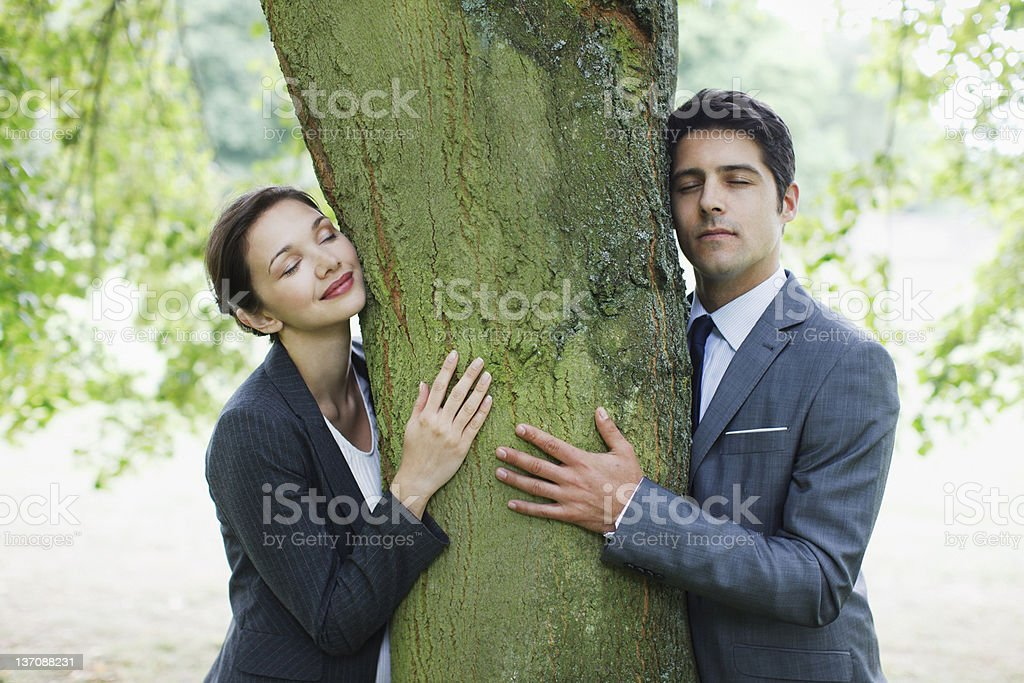 Geschäftsleute umarmen tree – Foto