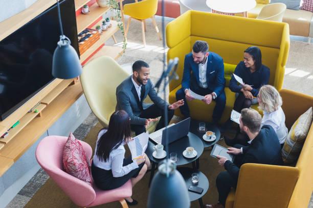pessoas de negócios em uma loja de café - working in café - fotografias e filmes do acervo