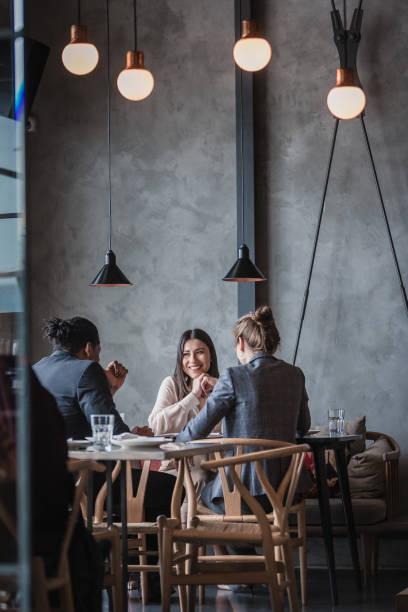 Geschäftsleute in einem High-End-Restaurant – Foto
