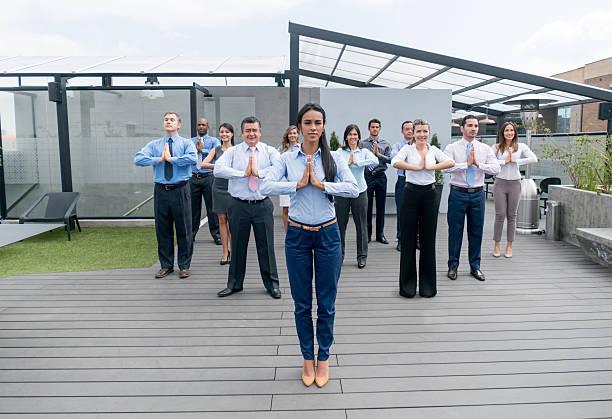 business people in an active break - yoga fürs büro stock-fotos und bilder
