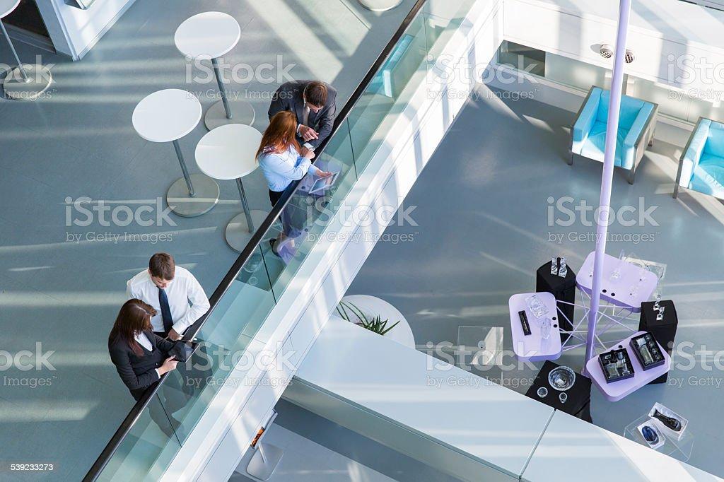 Gente de negocios en un pasillo de entrada del edificio de oficinas foto de stock libre de derechos