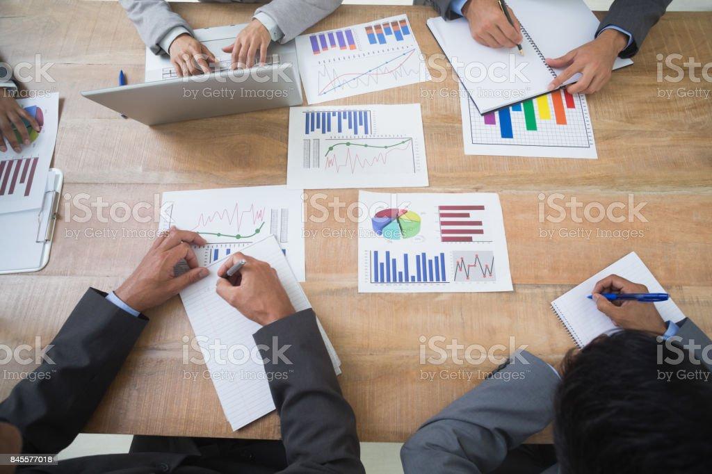 Pessoas de negócios em sala de diretoria para reuniões - foto de acervo