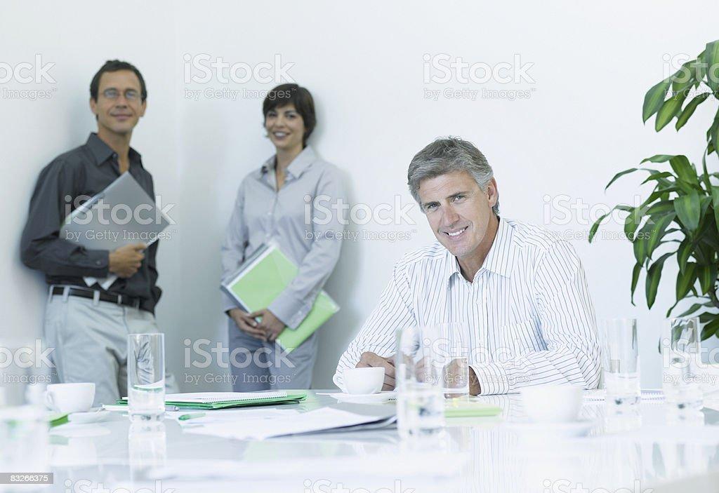 Uomini d'affari in sala conferenze foto stock royalty-free