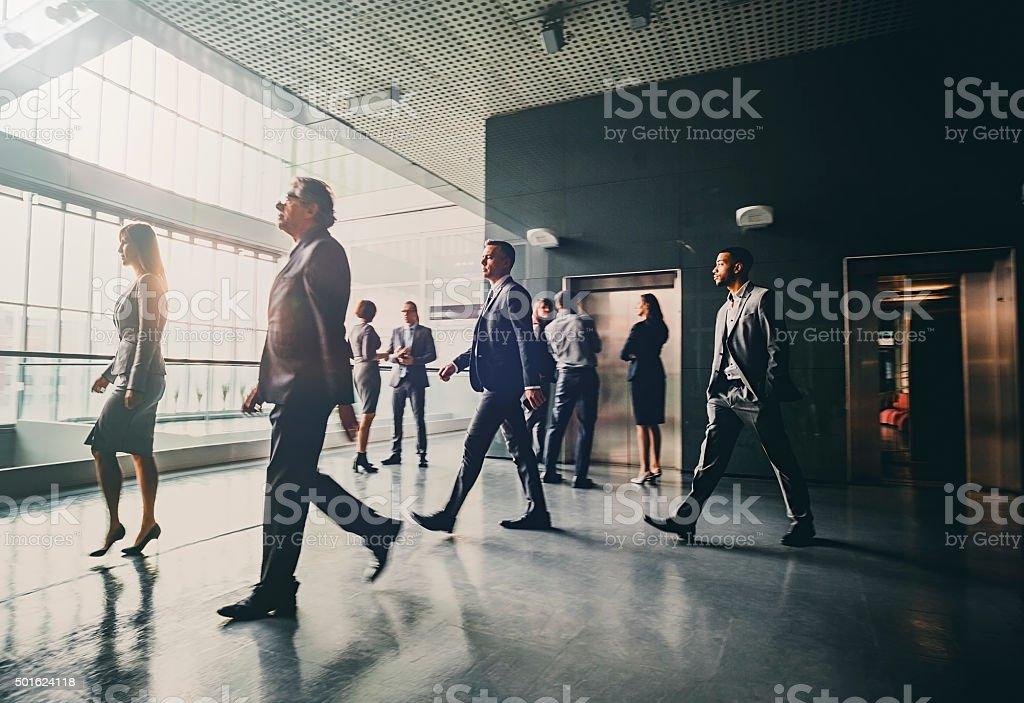 Geschäftsleute in der lobby zu Fuß – Foto