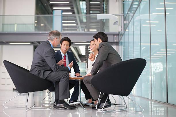 Geschäftsleute in den Meetingräumen – Foto