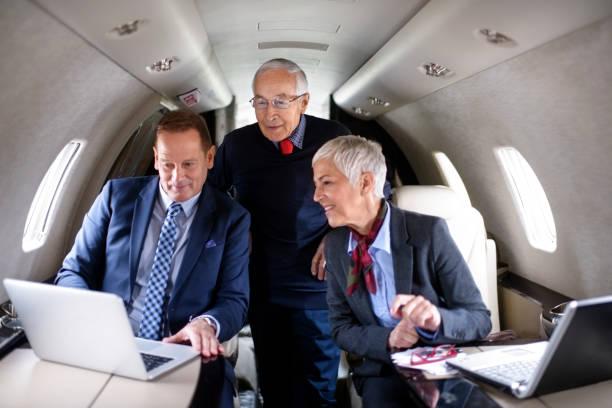 geschäftsleute in private jet-flugzeug - wie lange leben fliegen stock-fotos und bilder