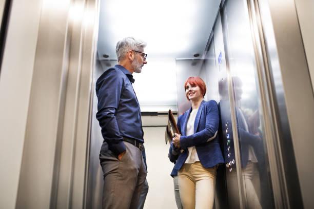 Geschäftsleute in den Aufzug im modernen Bürogebäude. – Foto