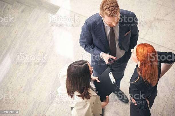 Geschäftsleute In Der Lobby Sprechen Overheadschuss Stockfoto und mehr Bilder von Abmachung