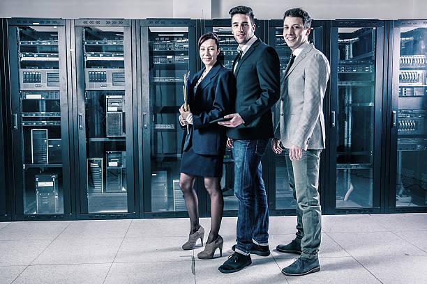 geschäftsleute in den server-raum - papierrollenhalter stock-fotos und bilder