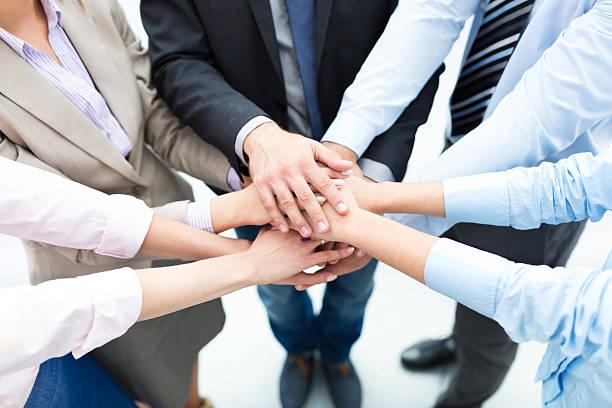 gens d'affaires de rejoindre les mains dans le cercle - se regrouper photos et images de collection