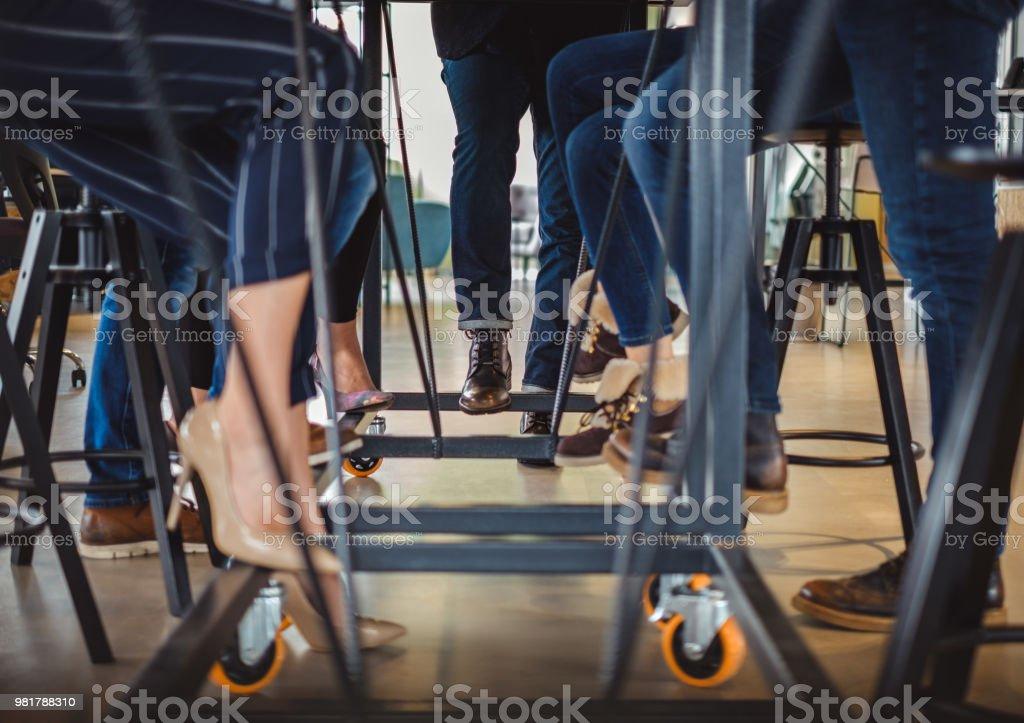 Geschäft Leute Beine unter den Bürotisch – Foto