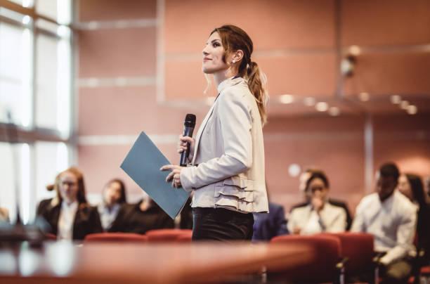 uomini d'affari che ascoltano lo speaker a una conferenza - evento foto e immagini stock