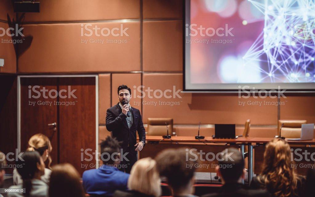 Geschäftsleute, die der Sprecher bei einer Konferenz anhören – Foto