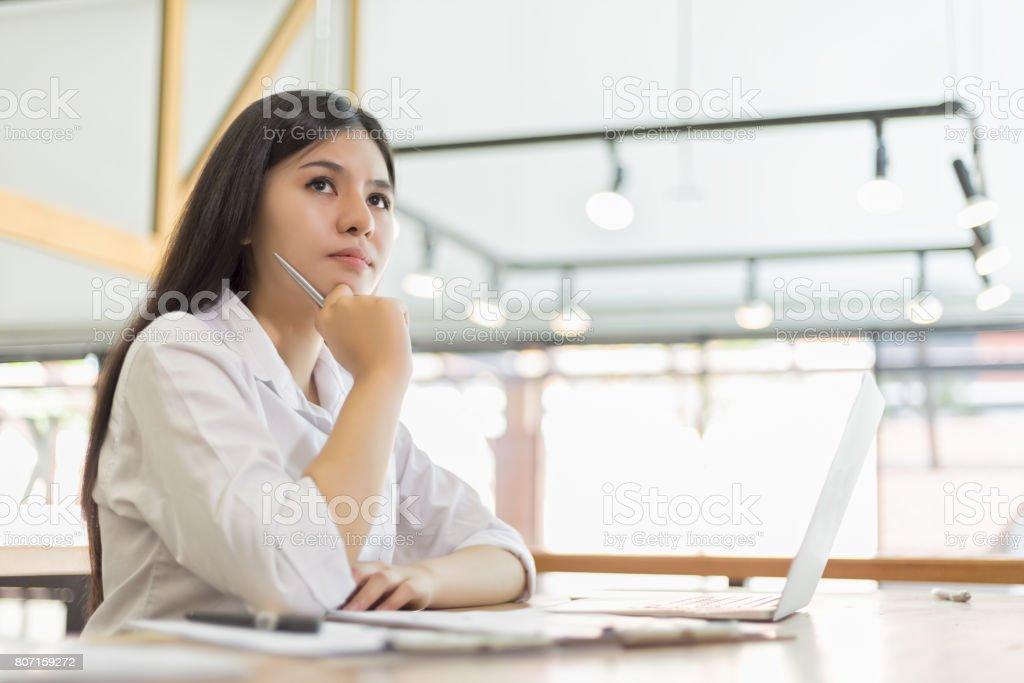 Geschäftsleute suchen und dachte etwas Ideen im Büro – Foto