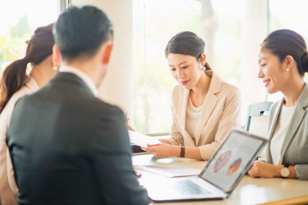 カフェでミーティング ビジネス人々 - オフィスワーク ストックフォトと画像