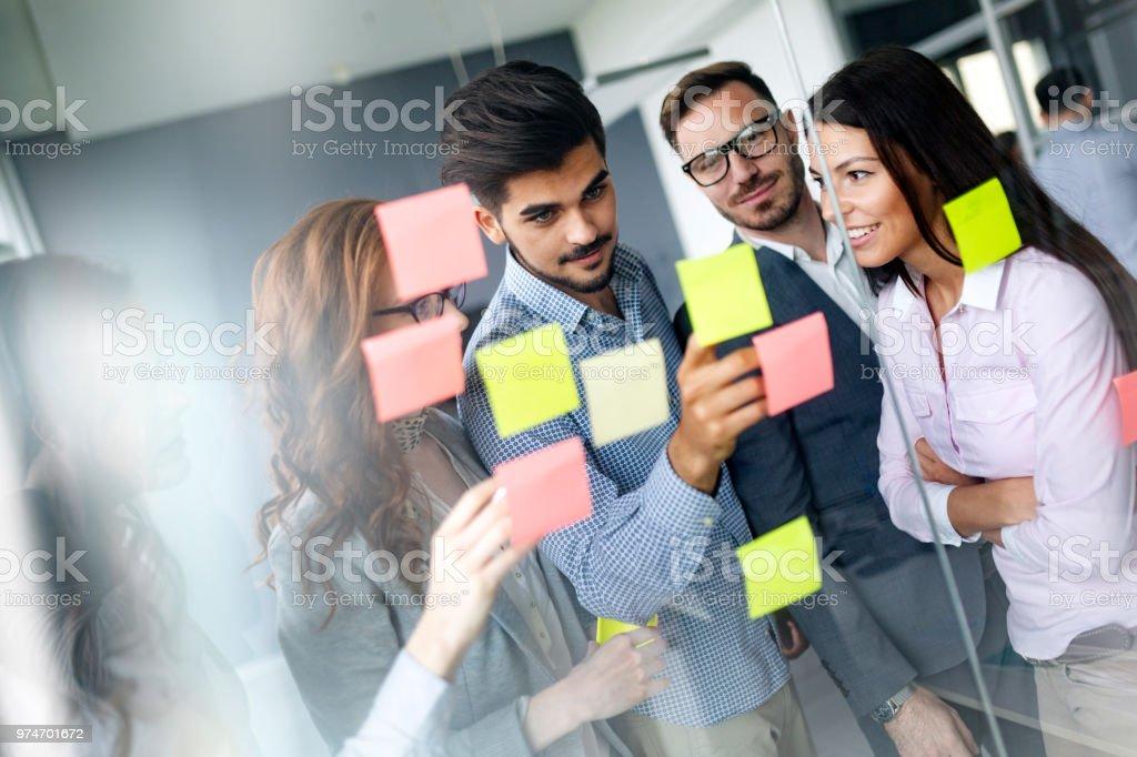 Geschäft Leute treffen im Büro und Post stellt er fest, um die Idee zu teilen – Foto