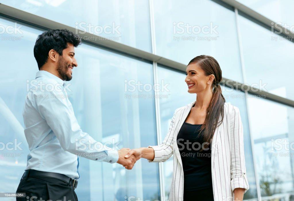 Reunião de pessoas de negócios no trabalho perto de escritório Bulding - foto de acervo