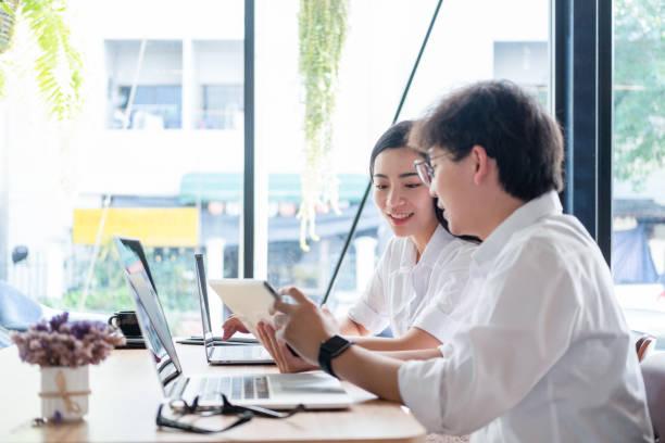 Geschäftsleute treffen Brainstorming und diskutieren gemeinsam im Büro, Teamwork-Konzept – Foto