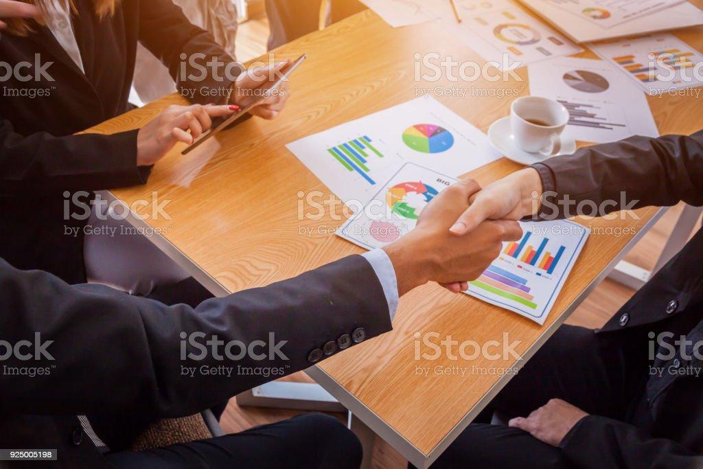Menschen treffen Design Ideen Geschäftskonzept, Geschäftsleute Händeschütteln, eine Besprechung, Gruppe von Unternehmen Menschen arbeiten in das Bürokonzept finishing – Foto