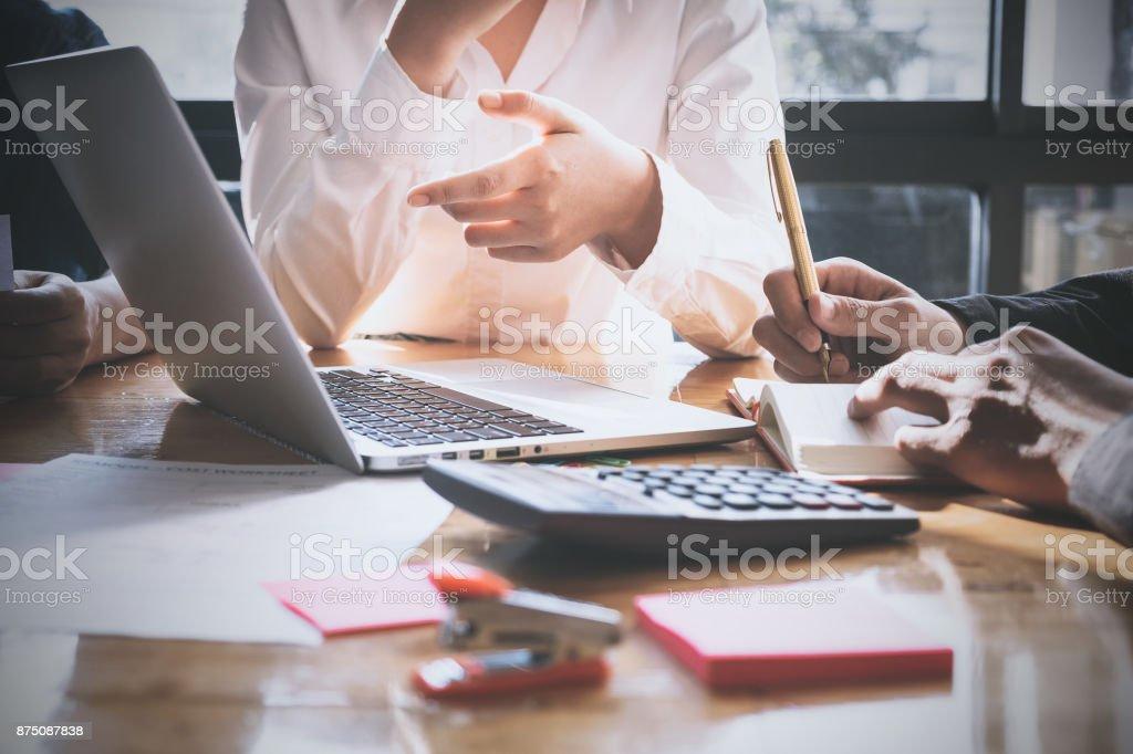 Menschen treffen Design Ideen Geschäftskonzept. Gruppe von Investoren vielfältige Brainstorming und deutete auf Laptop-Computer am Schreibtisch aus Holz. – Foto